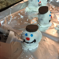 Decorate into snowmen